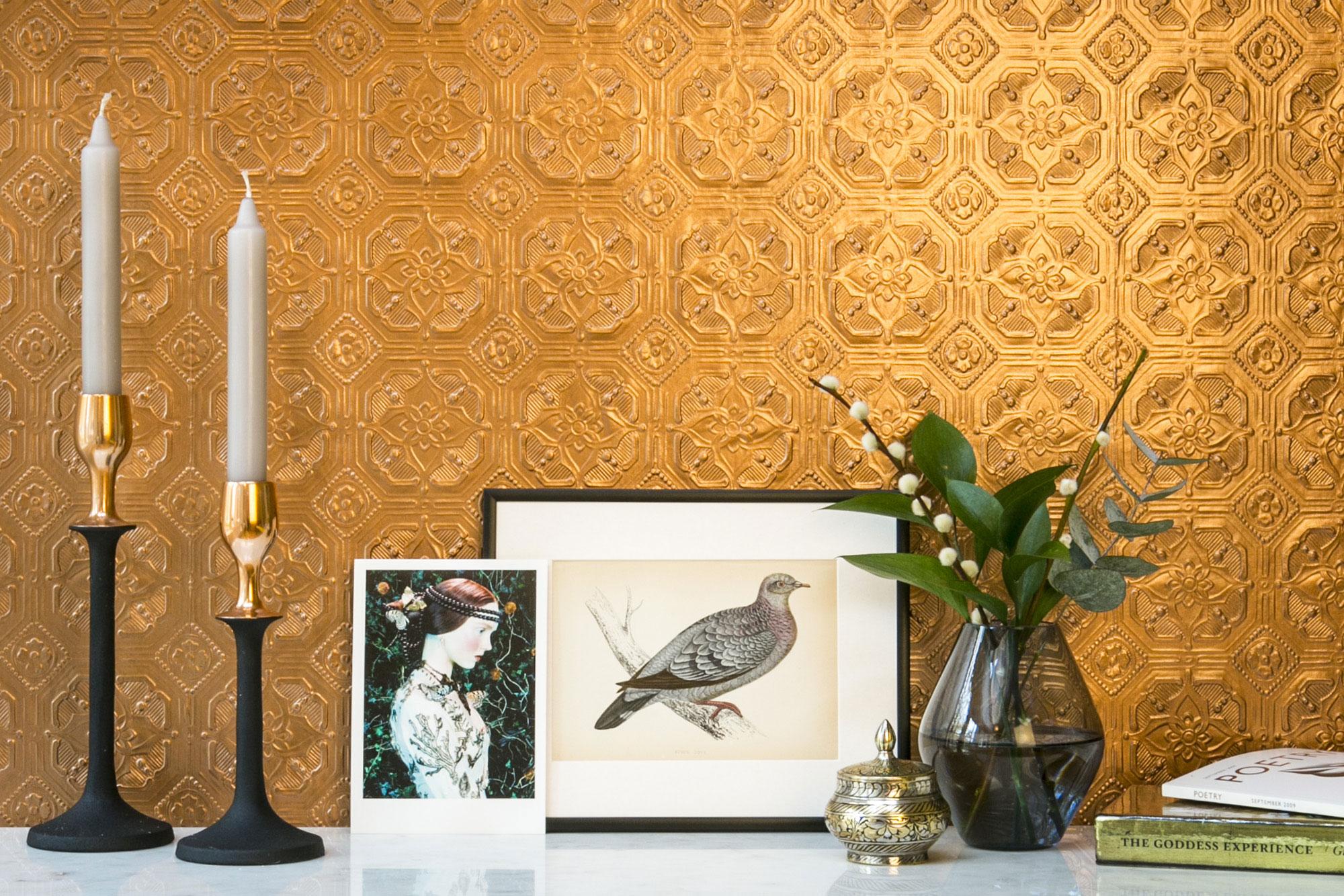 Wohnzimmer Wandgestaltung mit Anaglypta Tapete kupfer gold lackiert